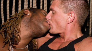 men_kissing3
