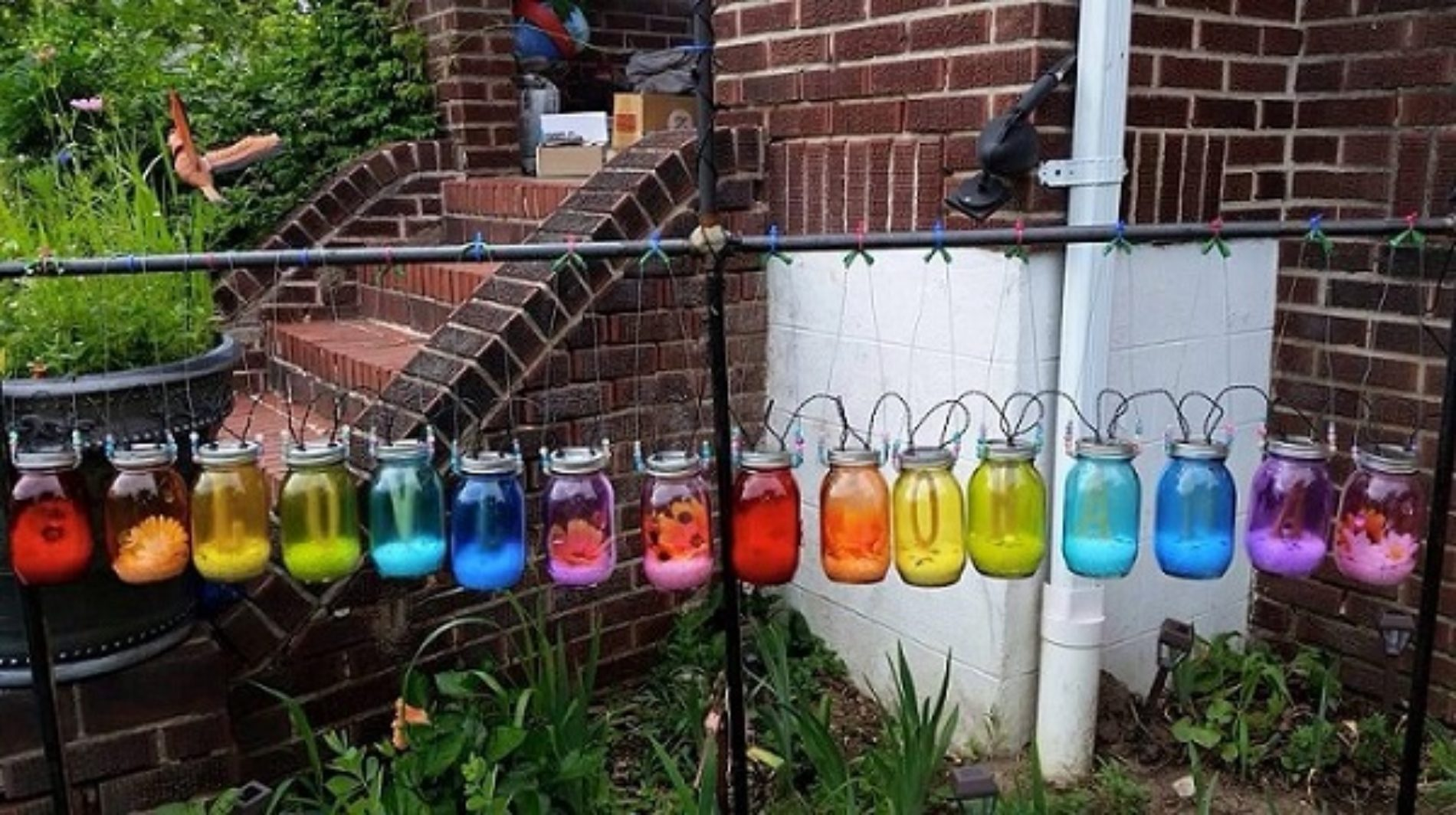 """Woman Receives Nasty Note From Neighbour Over Her """"Relentlessly Gay"""" Rainbow Yard Lights"""