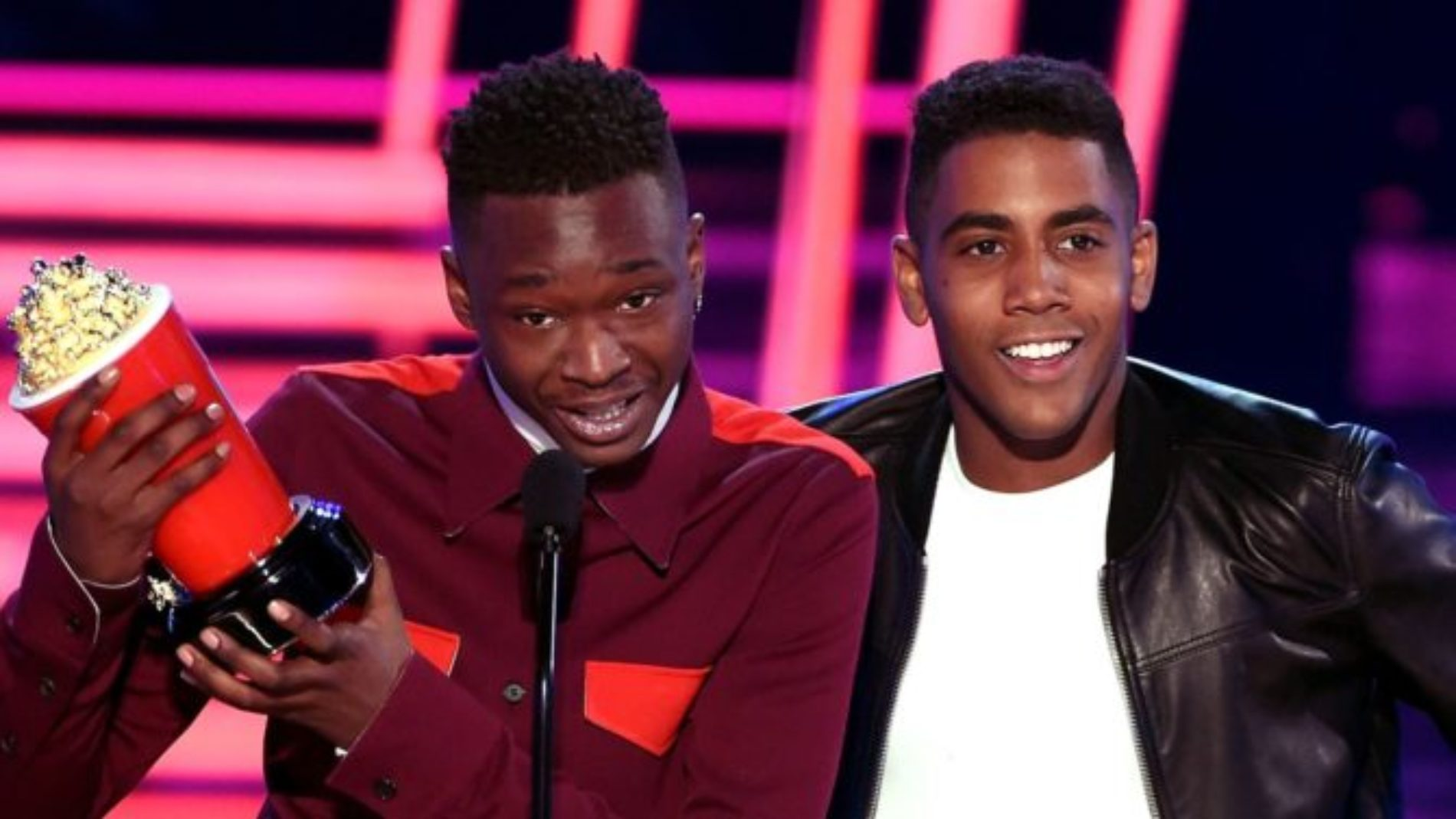 Moonlight stars Ashton Sanders and Jharrel Jerome win Best Kiss at MTV Movie Awards